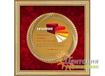 Наградная тарелка из алюминия в багетной раме, паспарту - красный велюр